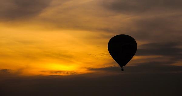Sunset Balloon Canvas print by Alex Inman