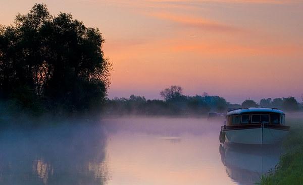 Thames at dawns sunrise Canvas Print by andy myatt