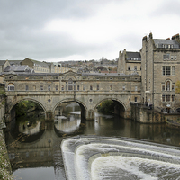 Buy canvas prints of   Pulteney Bridge in Bath by Leslie Dwight