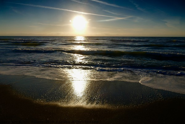 Sun starting to set.. Canvas print by Tony Williams