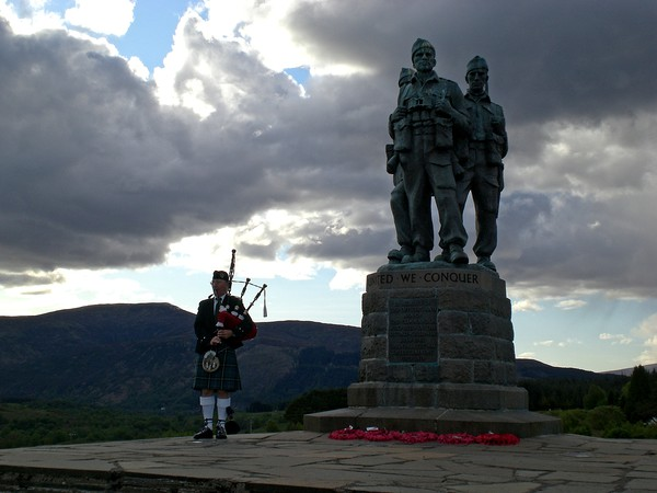 Piper at Commando memorial Canvas print by Martin Smith