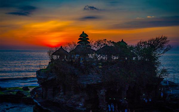 Sunset at Tanah Lot Temple, Bali. Canvas Print by John Hudson