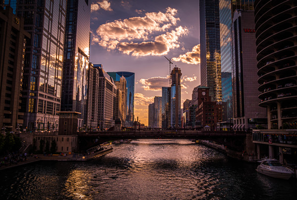 Chicago River in the evening - amazing view  Canvas print by Erik Lattwein