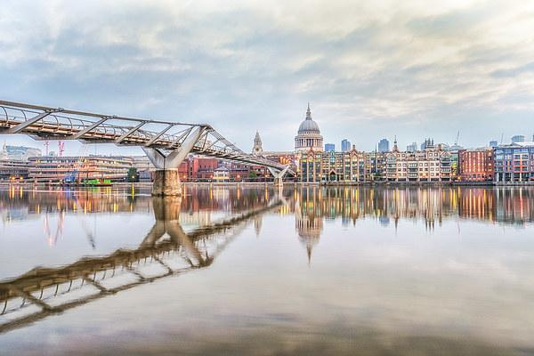 River Thames at Dawn Canvas print by peter tachauer