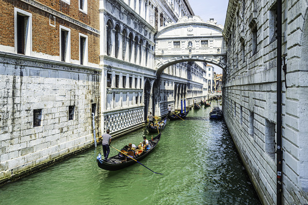 Under The Bridge Of Sighs Canvas print by Steve Purnell