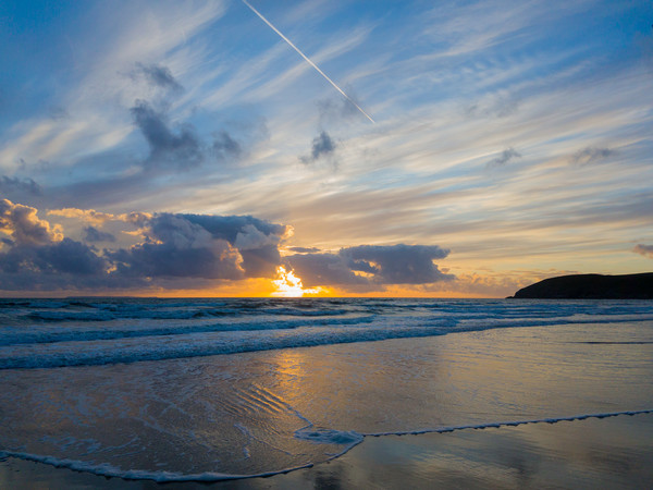 Sunset and Surf Canvas print by lee dawe
