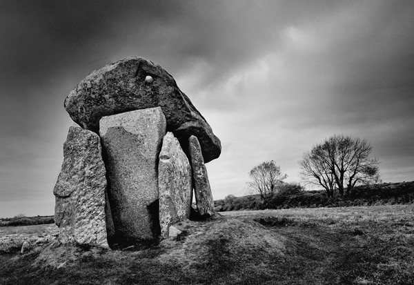 Trethevy Quoit                                     Canvas Print by Helen Cullens
