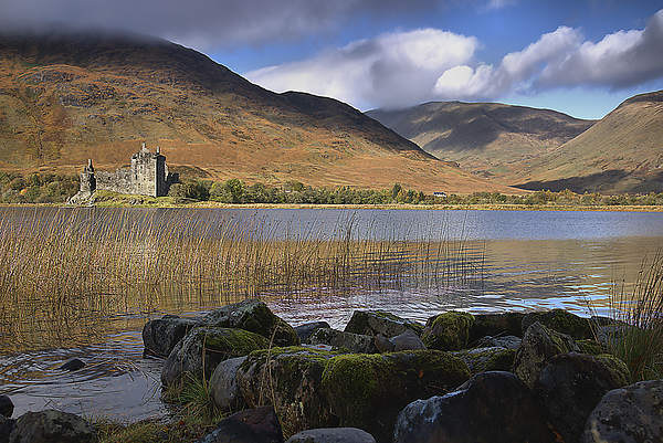 Kilchurn Castle Canvas Print by kevin wise