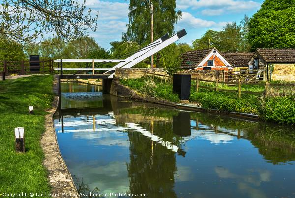 Aubreys Lift Bridge  At Thrupp Canvas print by Ian Lewis