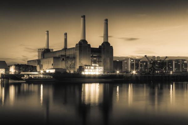 Battersea Power Station London Canvas print by Ian Hufton