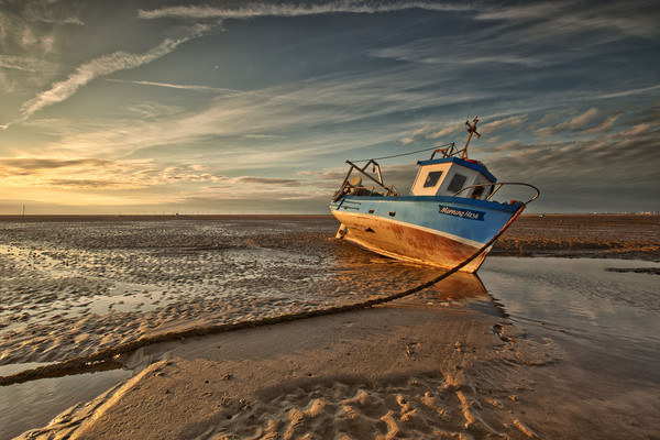 MEOLS BEACH (Grounded) Canvas print by raymond mcbride